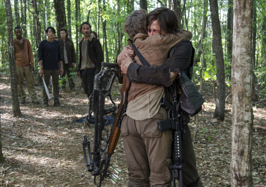 daryl_and_carol_hugging
